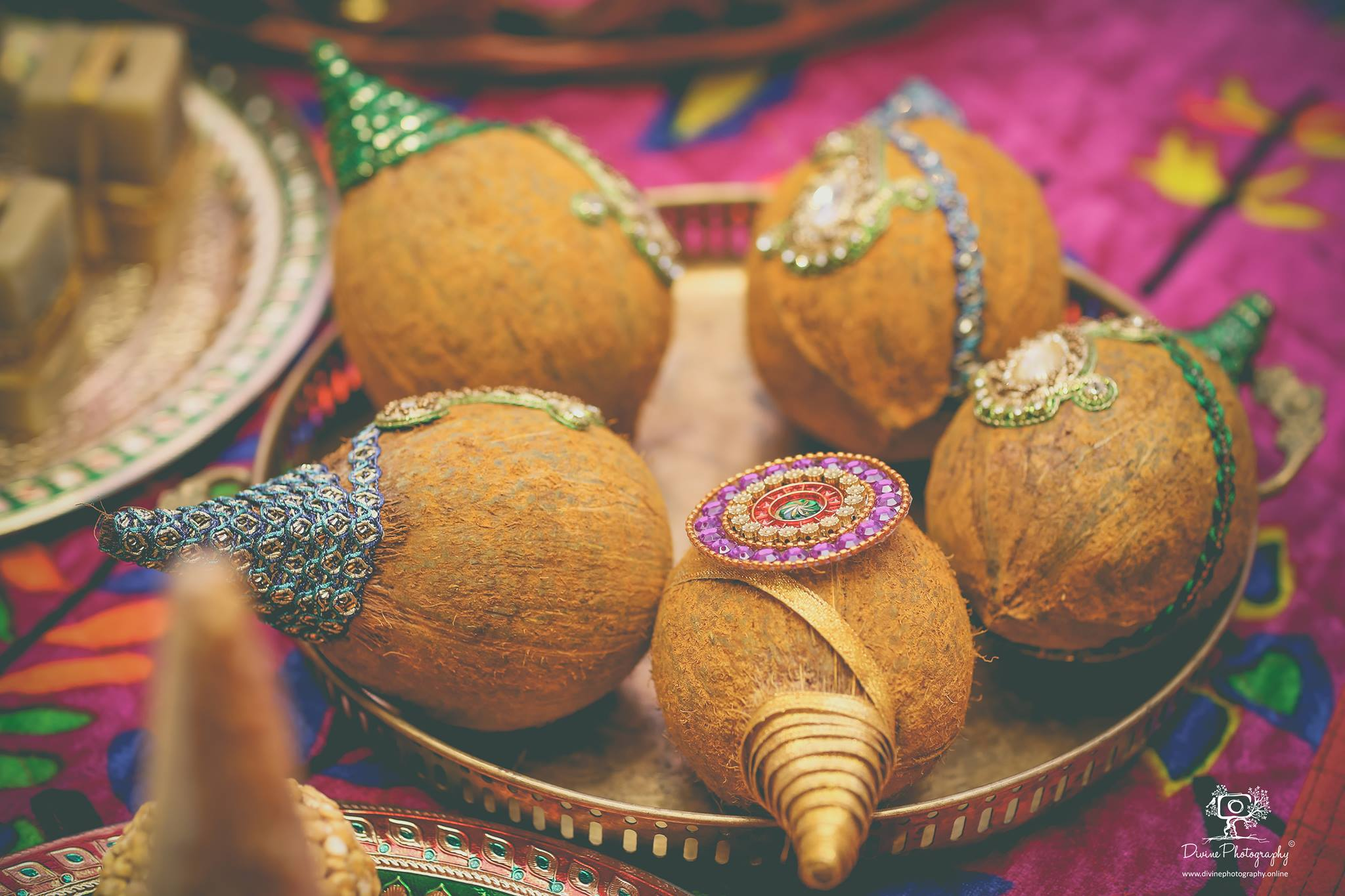 Coconut plate decoration with motifs